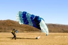 jordägande hoppa fallskärm fotografering för bildbyråer