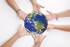 jord hands holdingen Arkivfoto