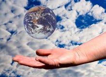 jord hands vårt Fotografering för Bildbyråer