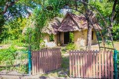 Jord- hus under skugga av träd Ett jordhus, också som var bekant som jordbermen, jord beskyddade hem, eller eco-huset är en archi Royaltyfria Bilder