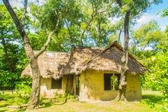 Jord- hus under skugga av träd Ett jordhus, också som var bekant som jordbermen, jord beskyddade hem, eller eco-huset är en archi Royaltyfria Foton