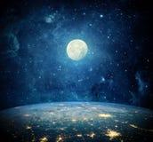 Jord, måne och galax Beståndsdelar av denna avbildar möblerat av NASA Royaltyfria Bilder