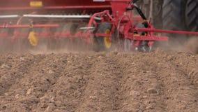 Jord och traktor som gödslar fältet Tungt jordbruks- maskineri arkivfilmer