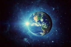 Jord, sol, galax och utrymme Beståndsdelar av denna avbildar möblerat av NASA royaltyfria bilder