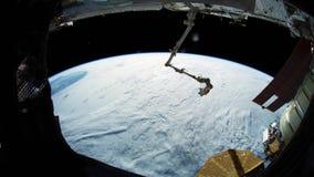 Jord som sett igenom fönster av internationella rymdstationen ISS Beståndsdelar av denna avbildar möblerat av NASA lager videofilmer