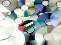 Jordańczyk flaga na górze cd i DVD stosu odizolowywającego na bielu Zdjęcie Stock
