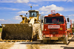 Jorda en kontakt flyttkarlen, och sprängmedel åker lastbil på en cementväxt England royaltyfria bilder