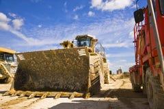 Jorda en kontakt flyttkarlen, och sprängmedel åker lastbil på en cementväxt England royaltyfri fotografi