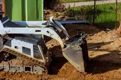 Jorda en kontakt flyttningen vid en bulldozer i konstruktionen Arkivfoton