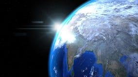 Jorda en kontakt jordklotet från utrymme med solen och moln, slut upp som in visar Royaltyfri Bild