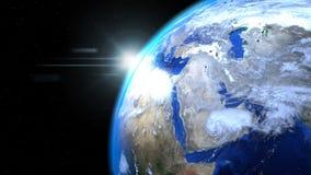 Jorda en kontakt jordklotet från utrymme med solen och moln, slut upp som visar Mi Arkivfoton