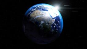 Jorda en kontakt jordklotet från utrymme med solen och moln som visar Afrika, euroet Arkivbild