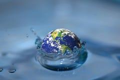Jorda en kontakt nedgångar in i vatten. Jorda en kontakt flodfotoet av jord från NASA. Arkivfoton