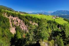 Jorda en kontakt pyramider av södra Tyrol, Renon-/Rittenregionen, Italien Arkivbilder