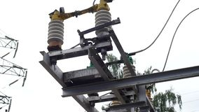 Jorda en kontakt strömbrytare- och elektricitetsöverföringslinjen på en björk och en ljus himmelbakgrund Ram Jorda en kontakt str stock video