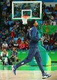 Jordan DeAndre des Teams Vereinigte Staaten wärmt für Basketballspiel der Gruppe A zwischen Team USA und Australien des Rios 2016 lizenzfreie stockfotografie