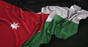 Jordan Flag Wrinkled On Dark-3D de Achtergrond geeft terug Royalty-vrije Stock Foto's