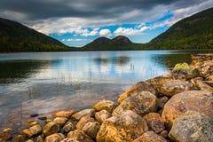 Jordan Pond en mening van de Bellen in het Nationale Park van Acadia, MAI Stock Afbeelding