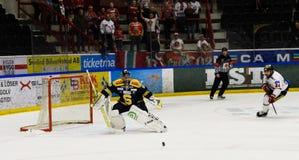 Jordan Smotherman, intento de MODO para anotar meta en el partido del hockey sobre hielo en hockeyallsvenskan entre SSK y MODO Imagen de archivo libre de regalías
