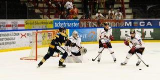 Jordan Smotherman, MODO-Versuch, zum des Tors im Eishockeymatch in hockeyallsvenskan zwischen SSK und MODO zu schießen Stockbilder