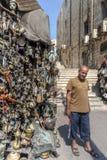 Jordanië, Amman 19-09-2017 Weergeven van de marktkraam in een bezige straat in Amman, op een zonnige hete dag Duizenden metaalvoo stock foto's