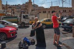 233/5000 Jordanië, Amman 19-09-2017 Weergeven van een bezige straat in het centrum van Amman op een hete dag in de zomer Tussen d royalty-vrije stock afbeeldingen