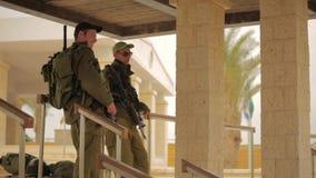 JORDANIË, ISRAËL - FEBRUARI 13, 2015: Een Israëlische militair van defensiekrachten kleedde in eenvormige doelstellingen zijn M16 stock video