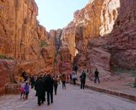 Jordanië, Siq-Canion - 4 Januari, 2019: De toeristen van over de hele wereld zijn enthousiast om de beroemde oude stad van Petra  stock fotografie
