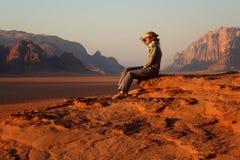 Jordanië: Toerist in de Rum van de Wadi Royalty-vrije Stock Afbeelding