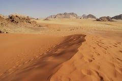 Jordania: Duna en ron del lecho de un río seco Imagenes de archivo