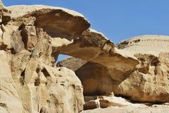 Jordania: Puente de piedra en Wadi Rum Foto de archivo libre de regalías