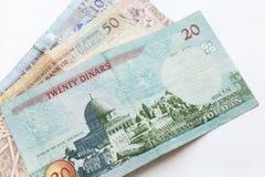 Jordanian dinars, bankbiljetten leggen op wit stock fotografie