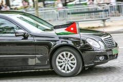 Jordanian Diplomatieke auto tijdens Militaire parade ( Defile) in Republiek Dag ( Bastille Day) Champs Ely stock foto's