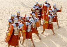 Jordanian mensen kleden zich als Roman militair Stock Foto's