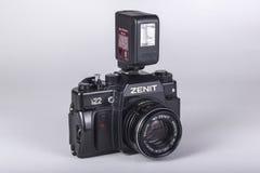 Jordanien, Amman, 08/11/2017 Alter Filmkamera SLR-Zenit lokalisiert auf weißem Hintergrund stockfotografie