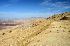 Jordanien. Den bergiga terrängen i öknen royaltyfria foton