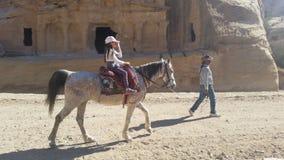 Jordanien, PETRA - 4. Januar 2019 Mädchen auf Pferd lizenzfreies stockbild