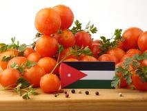 Jordanische Flagge auf einer Holzverkleidung mit den Tomaten lokalisiert auf einem whi Stockfoto
