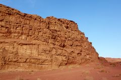 Jordanische Wüste in Wadi Rum, Jordanien Wadi Rum hat zu seine Bezeichnung als UNESCO-Welterbestätte geführt Es bekannt als das V lizenzfreies stockfoto