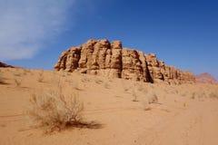 Jordansk öken i Wadi Rum, Jordanien Wadi Rum har lett till dess beteckning som en UNESCOvärldsarv Det är bekant som Vallen Fotografering för Bildbyråer