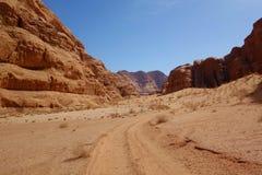 Jordansk öken i Wadi Rum, Jordanien Wadi Rum har lett till dess beteckning som en UNESCOvärldsarv Det är bekant som Vallen Royaltyfria Bilder