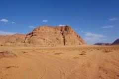 Jordansk öken i Wadi Rum, Jordanien Wadi Rum har lett till dess beteckning som en UNESCOvärldsarv Det är bekant som Vallen Royaltyfri Foto