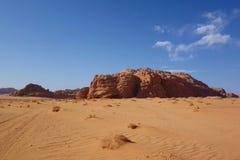 Jordansk öken i Wadi Rum, Jordanien Wadi Rum har lett till dess beteckning som en UNESCOvärldsarv Det är bekant som Vallen Royaltyfria Foton