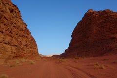 Jordansk öken i Wadi Rum, Jordanien Wadi Rum har lett till dess beteckning som en UNESCOvärldsarv Det är bekant som Vallen Arkivfoton