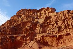 Jordansk öken i Wadi Rum, Jordanien Wadi Rum har lett till dess beteckning som en UNESCOvärldsarv Det är bekant som Vallen Royaltyfri Fotografi