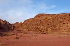 Jordansk öken i Wadi Rum, Jordanien Wadi Rum har lett till dess beteckning som en UNESCOvärldsarv Det är bekant som Vallen Arkivbild