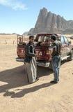 Jordansk man på safari i öknen Arkivfoton