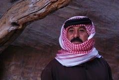 Jordansk man som ha på sig röda Keffiyeh Arkivfoto