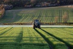 Jordbruk - bonde Spraying Crops Fotografering för Bildbyråer