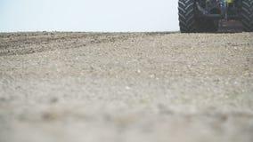 JORDBRUK - Detaljfors av sådd och att odla för jordbruks- traktor det torra fältet stock video